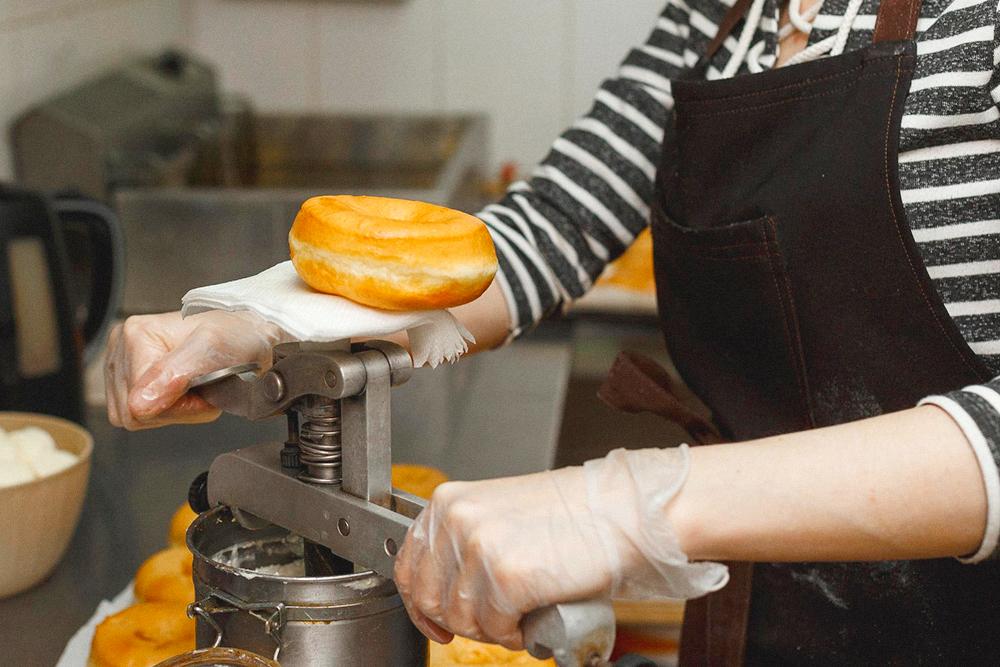 Затем пончики начиняем. Мы по-прежнему используем ручной дозатор
