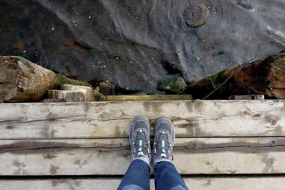 У ботинок для трекинга плотная подошва, водонепроницаемое покрытие и усиленный мысок. Я покупала свои в «Декатлоне» за 2699 р.