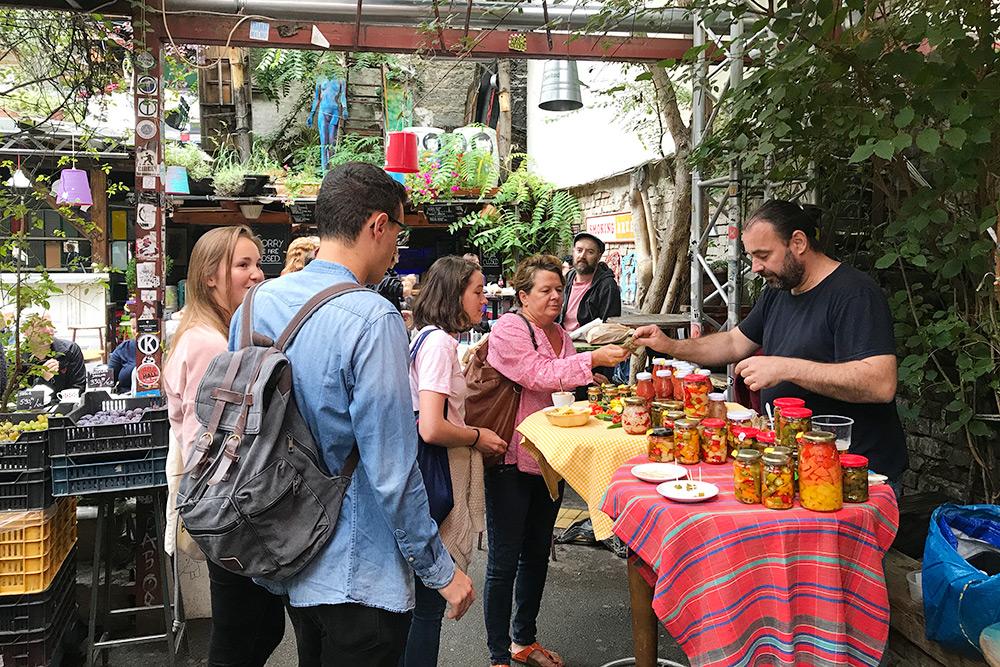 Например, руин-бар «Симпла» по воскресеньям превращается в рынок. Очень необычно видеть рынок в том месте, где еще пару часов назад кипела ночная жизнь