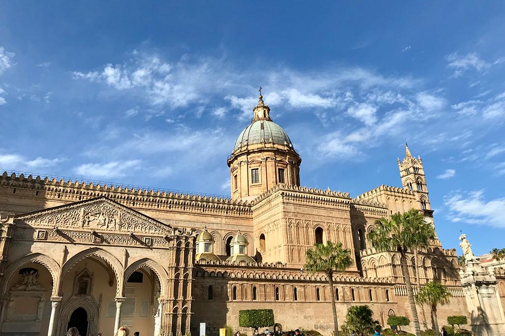 Кафедральный собор в Палермо бесплатный. За деньги можно забраться на крышу