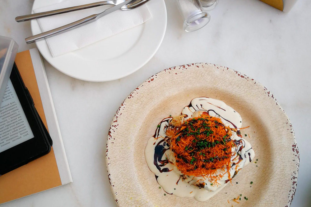 Запеченный гриб портобелло с сыром, жареной вермишелью под сливочным соусом в Table Otto