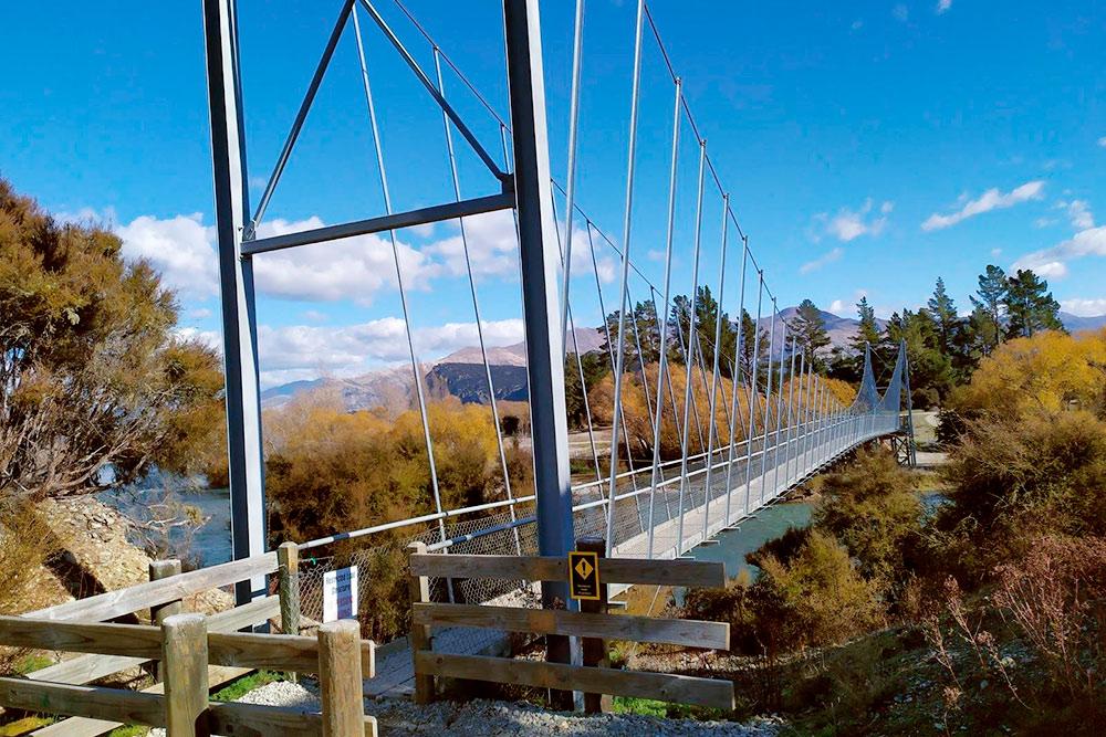 Этот мост некоторые отважные люди преодолевают на велосипеде