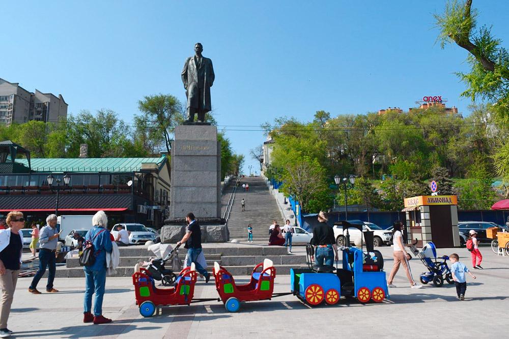 В центре набережной стоит памятник Максиму Горькому — он работал грузчиком в ростовском порту