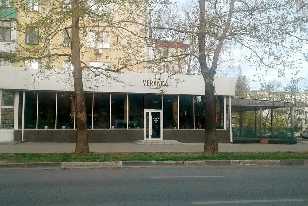 Кафе «Веранда» на улице Острякова: сэндвич с лососем здесь обойдется в 280<span class=ruble>Р</span>, грибной суп — в 200<span class=ruble>Р</span>, «Цезарь» с курицей — в 300<span class=ruble>Р</span>