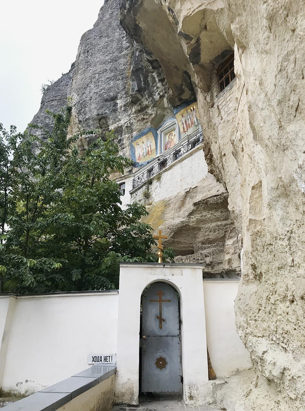В монастыре было очень атмосферно. Мы набрали воды из святого источника, поставили свечки, насладились горной тишиной и звоном колоколов