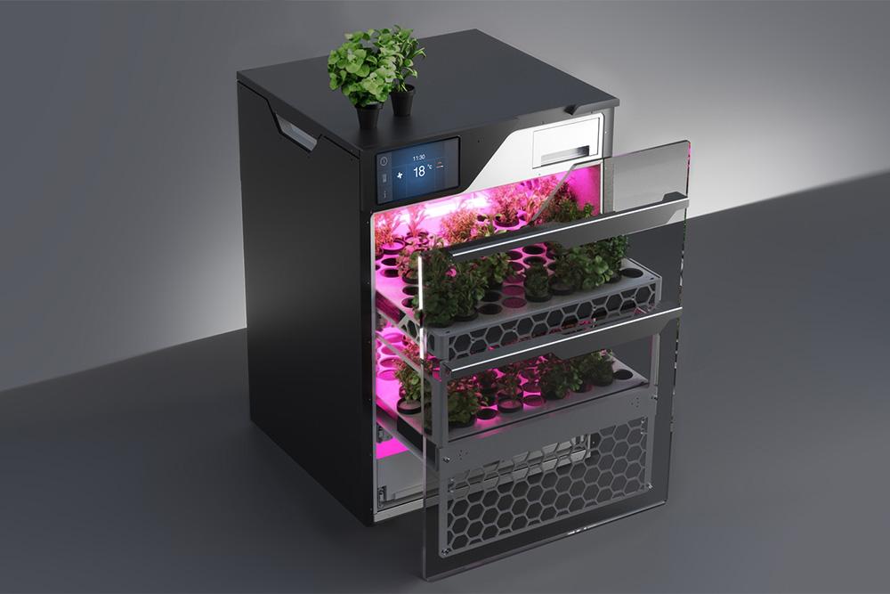 В итоге Green Bar выглядит так. На сенсорной панели можно выбрать программу: от четырех недель для зелени до восьми для ягод и овощей. Чтобы пользователь не открывал дверцу без необходимости, изображениe со встроенной видеокамеры транслируется на телефон