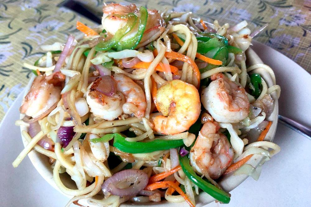 Китайская кухня в Индии — спасение от острых специй. Это лапша с овощами и креветками. Такая тарелка стоит 100—140 рупий (97—135<span class=ruble>Р</span>)