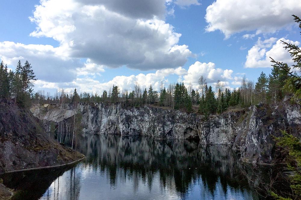 Это Рускеала — мраморный каньон на границе с Финляндией. Из одного конца в другой можно прокатиться на тарзанке
