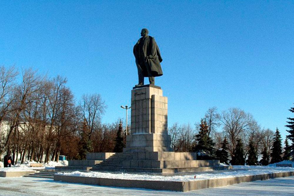Памятник Ленину на Соборной площади — она же бывшая площадь 100-летия Ленина