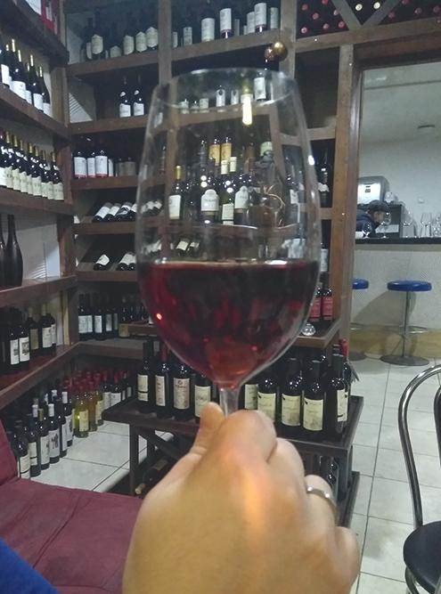 В Тбилиси очень много винотек и винных погребков. Наше любимое место — Wine Station, где предлагают попробовать очень много вин. На фото — янтарное вино из белого винограда «хихви»