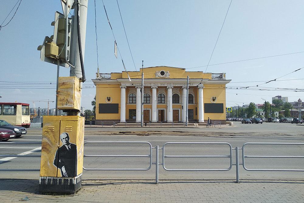 Концертный зал имени Прокофьева. Слева под светофором местные урбанисты нарисовали на электрощитке самого Прокофьева. Три года назад сиденья были старыми и неудобными. Билеты на местные мероприятия стоят 200 рублей