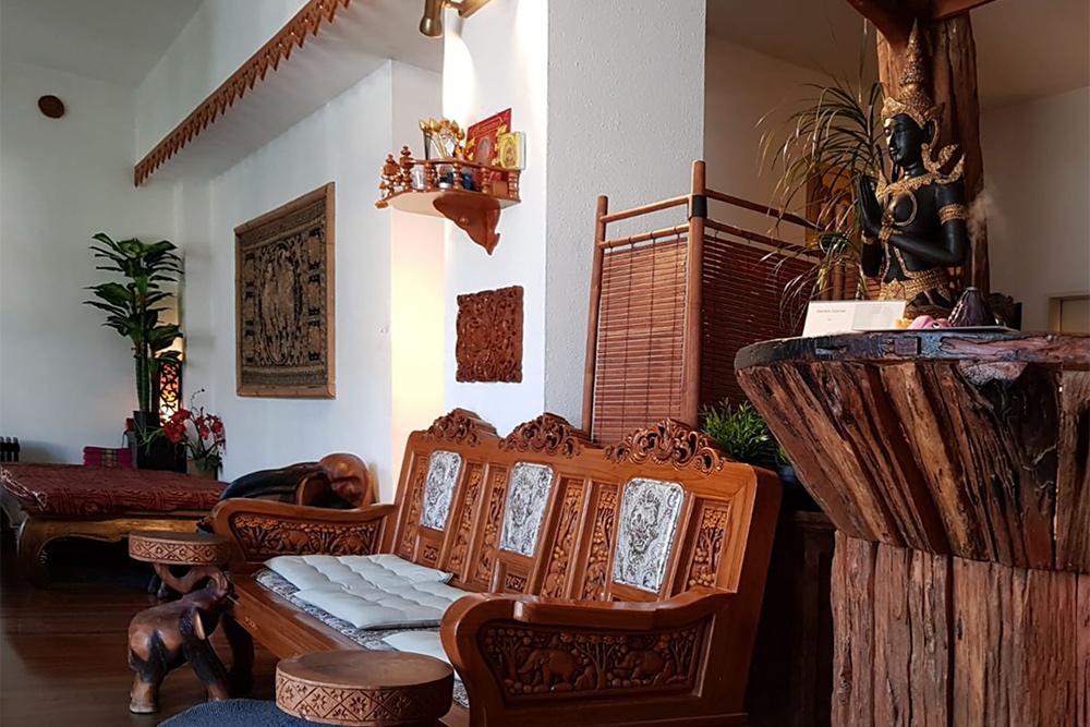 В моем массажном салоне вся мебель из натурального дерева. Часовой сеанс тайского массажа обходится мне примерно в 40€ (2850<span class=ruble>Р</span>)