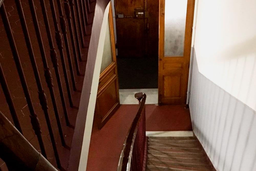 В старых французских домах очень узкие винтовые лестницы. Иногда новую мебель в квартиры доставляют через окно — дляэтого у доставщиков есть специальные машины с подъемными механизмами. Но аренда такого оборудования стоит больших денег, и, как правило, грузчики все равно все тащат на руках. Нам всю технику домой затаскивали вот по такой лестнице на третий этаж.Кстати, во Франции этажи считают не с первого, а с нулевого. То есть по-русски мы живем на третьем этаже, а по-французски — на втором