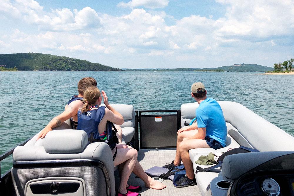 Однажды мы побили рекорд по продажам в нашей пиццерии, и в честь этого Дэвид арендовал лодку, чтобыустроить корпоратив на озере Озарк