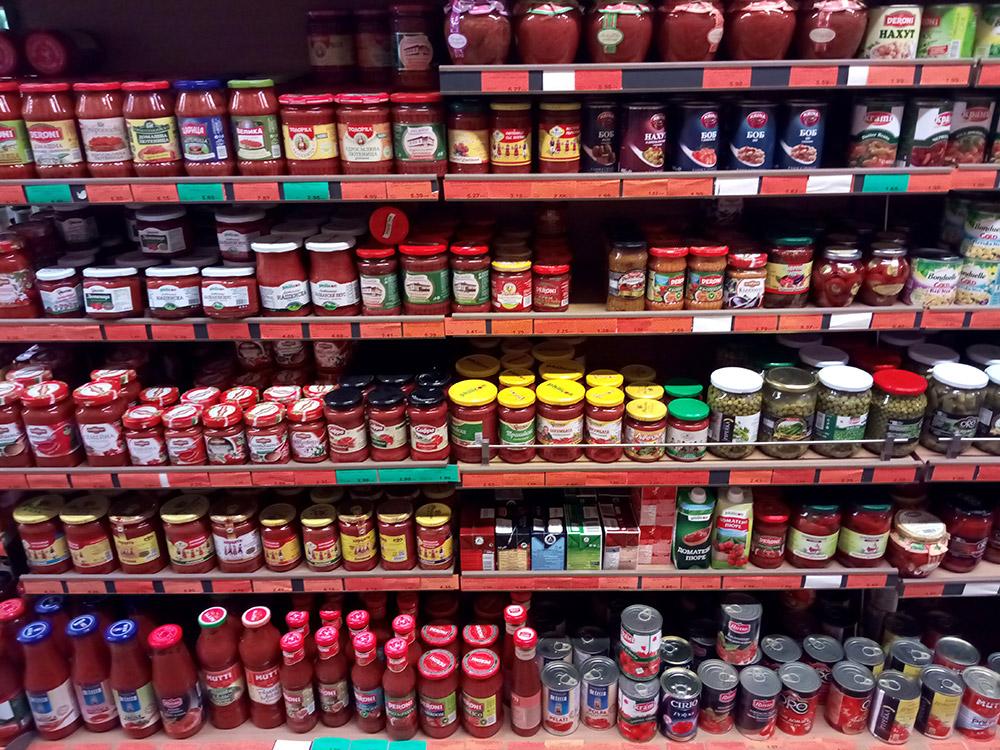 Целые полки супермаркетов заняты традиционным болгарским блюдом — лютеницей. Это что-то вроде непротертого кетчупа