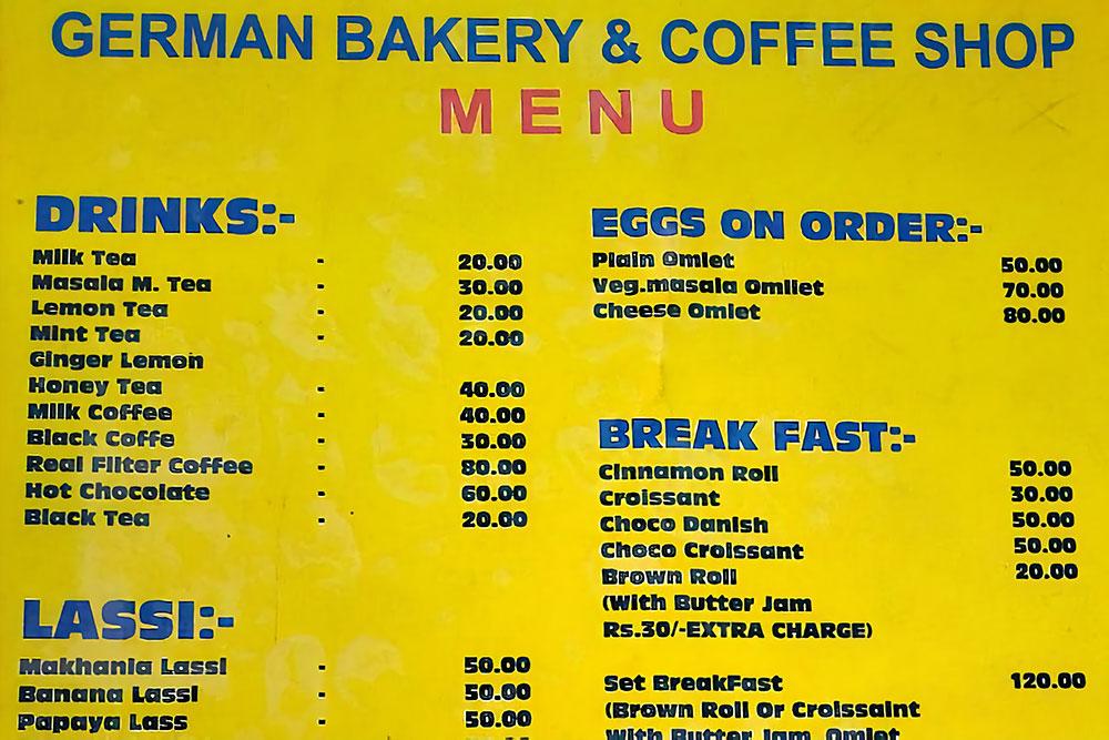 Меню кафе, которое ориентировано на туристов. Кофе стоит 30—50 рупий (29—48 р.), сэндвичи — 60—120 рупий (58—116 р.), выпечка — 20—50 рупий (19—48 р.)
