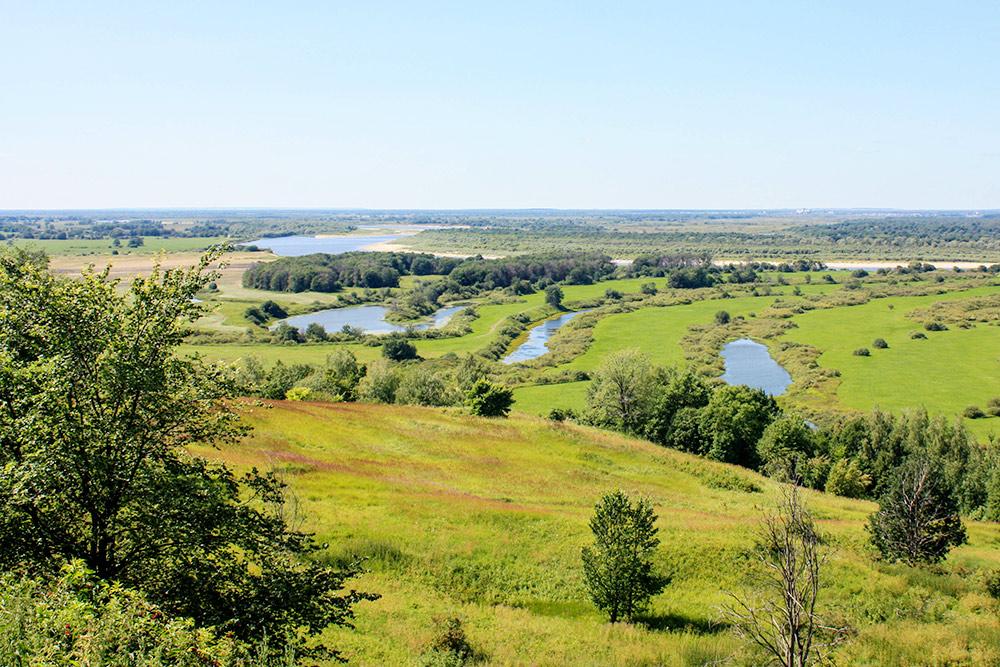 Вокруг Нижнего множество живописных озер с чистой водой, и летом там не продохнуть от наплыва горожан. До этих озер от города ехать полтора часа, поэтому тут тихо и безлюдно