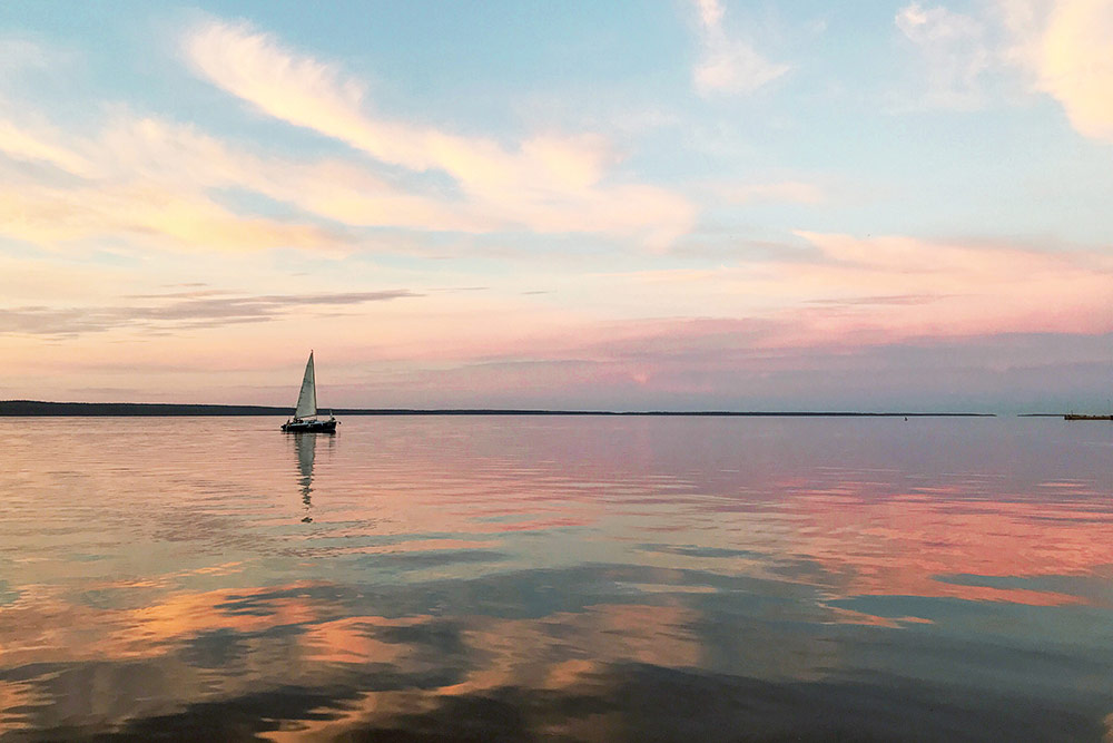 В зависимости от погоды и времени суток озеро меняет свой цвет. В солнечный день Онего ярко-синее, на закате — розовое
