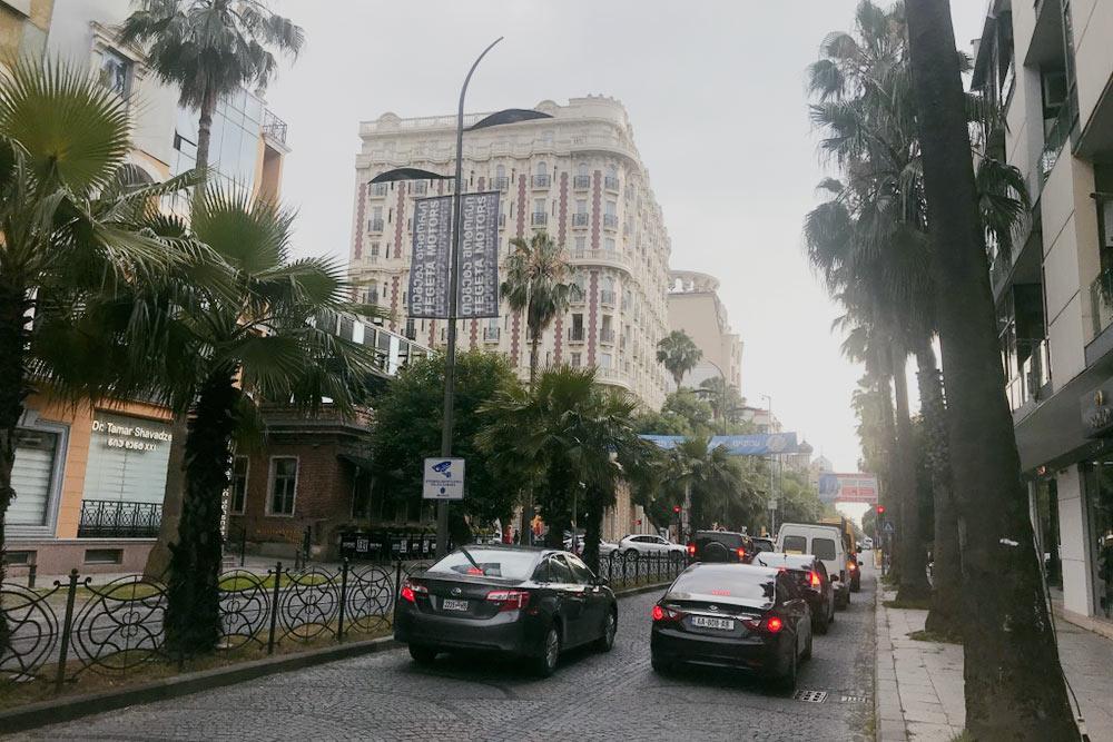 Центр Батуми — улица Шота Руставели. Она тянется вдоль моря и во многих местах выложена древней брусчаткой, отчего создается впечатление старины и даже какого-то уюта