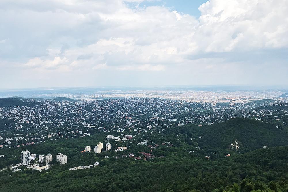 Вид с самой высокой точки Будапешта — холма Янош, 527 м. В этом районе традиционно селятся венгерские политики и знаменитости, поэтому тут самая дорогая недвижимость в городе