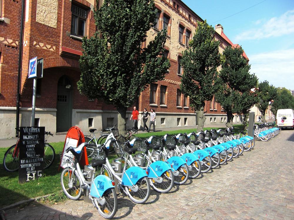 Такие стоянки велосипедов уже трудно не встретить в крупных городах по всему миру. Фото:jensjunge / Pixabay