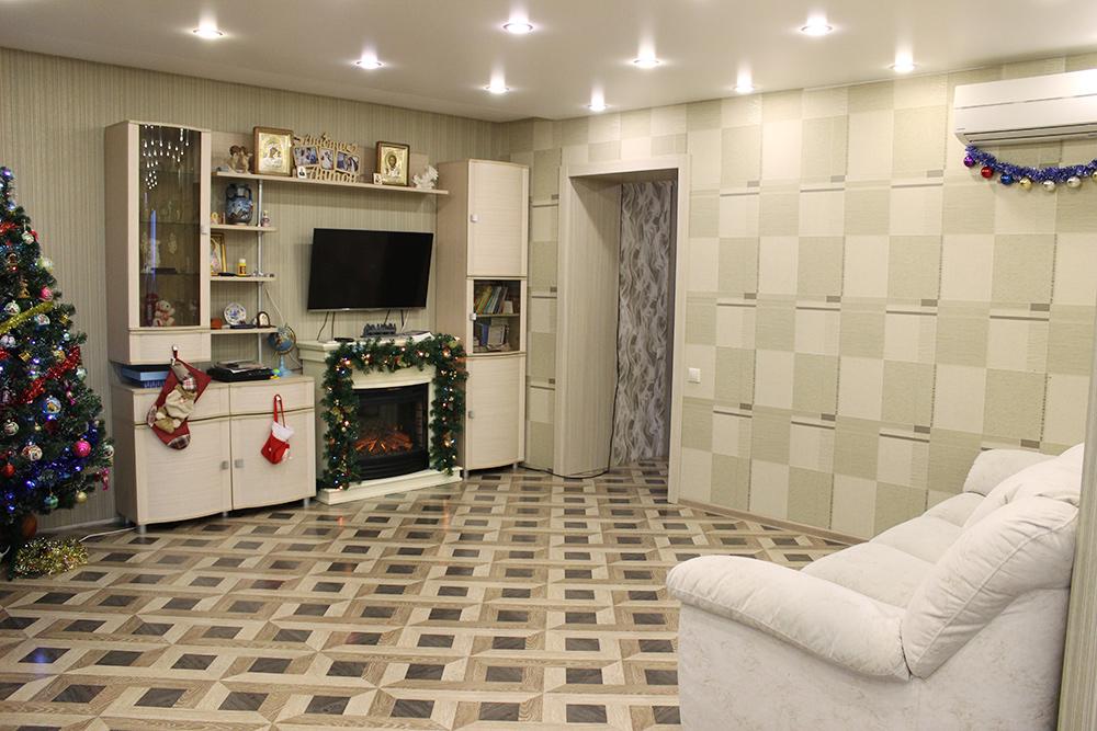 Гостиная площадью 21 м² в четырехкомнатной квартире