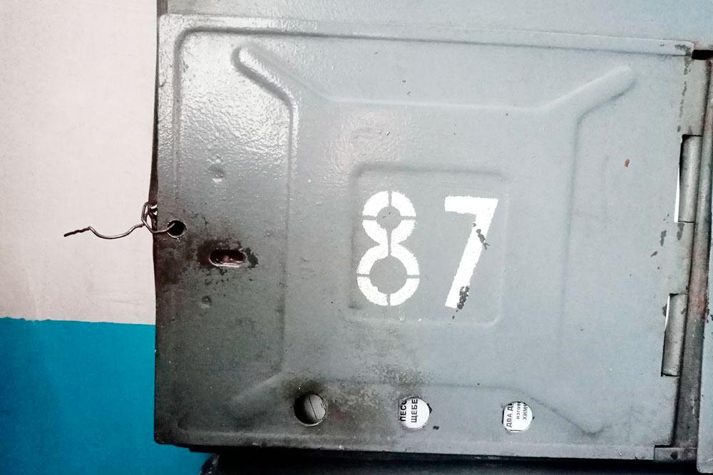 Типичный почтовый ящик в старом подъезде. Вся корреспонденция доступна