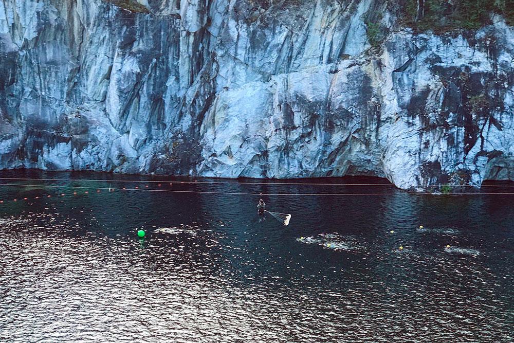 В Рускеале много развлечений. Например, можно прокатиться над карьером по канату. Каждый спуск сопровождается визгом и радостными криками туристов