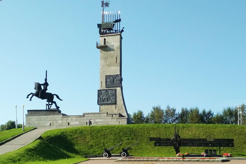 Монумент Победы в Великой Отечественной войне стоит на холме, который остался от оборонительного сооружения времен Петра I