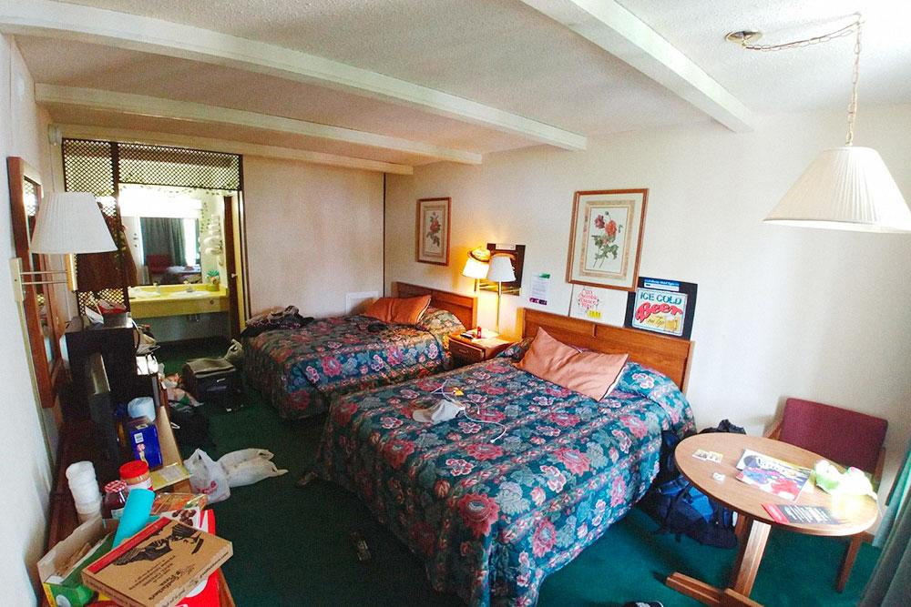 Вот так выглядела наша комната. Есть микроволновка, чайник и бесплатный вайфай