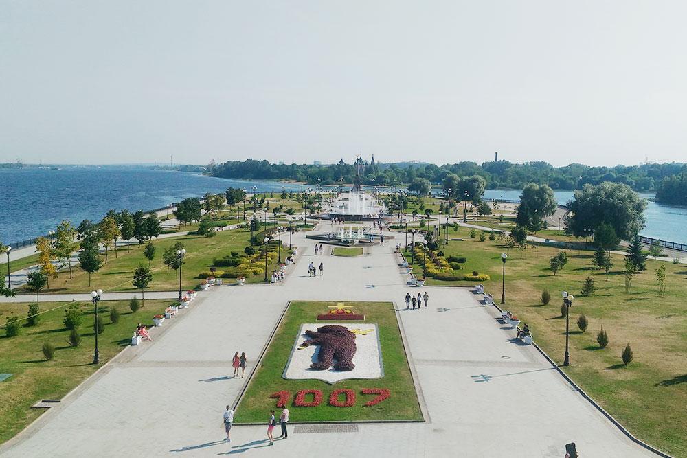 Парк на Стрелке — популярное место отдыха в городе. По легенде, именно здесь основали Ярославль