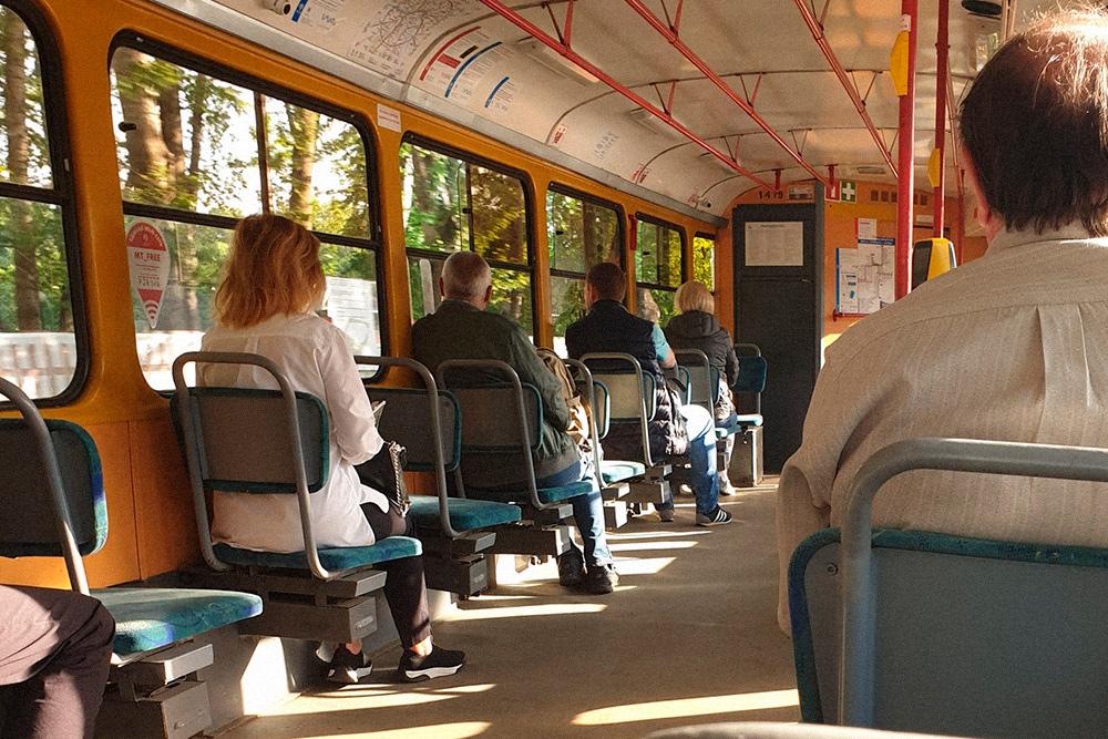 Утром в трамвае мало людей, ехать очень приятно