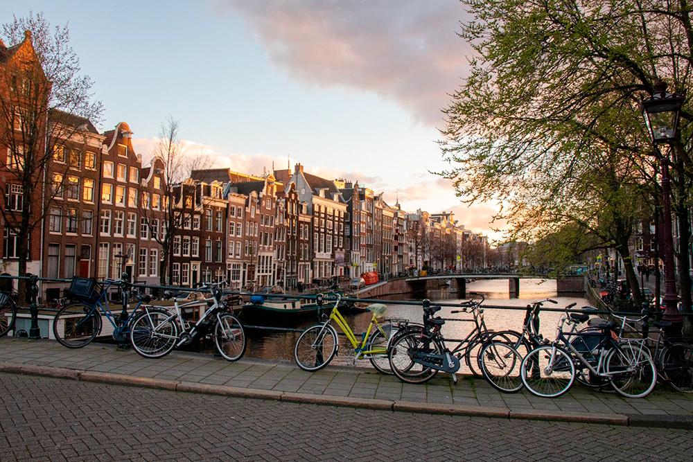 На каждой улице Амстердама припаркованы велосипеды. На некоторых парковках сотни, если не тысячи байков. Для меня осталось загадкой, как владельцы их различают