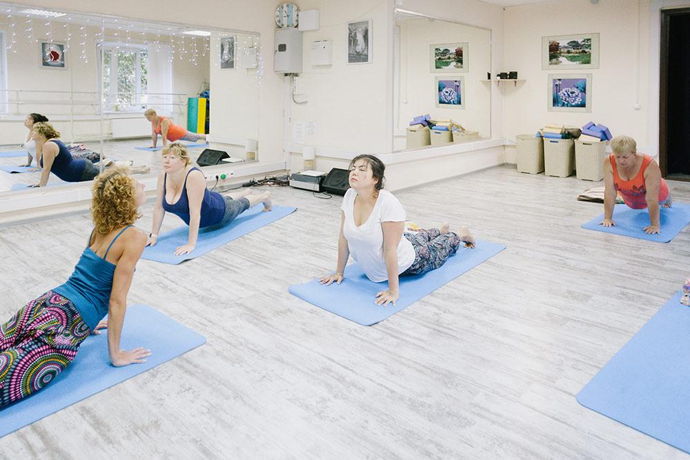 В «Беркане» шесть видов йоги: хатха, нидра, перинатальная, детская, танец Мандала и медитация с поющими чашами. На фото — хатха-йога, это самое популярное направление среди клиентов