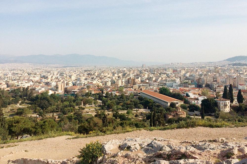 Вид с Акрополя на Афины. В центре города запрещено строить высотные дома, чтобы не загораживать легендарный холм