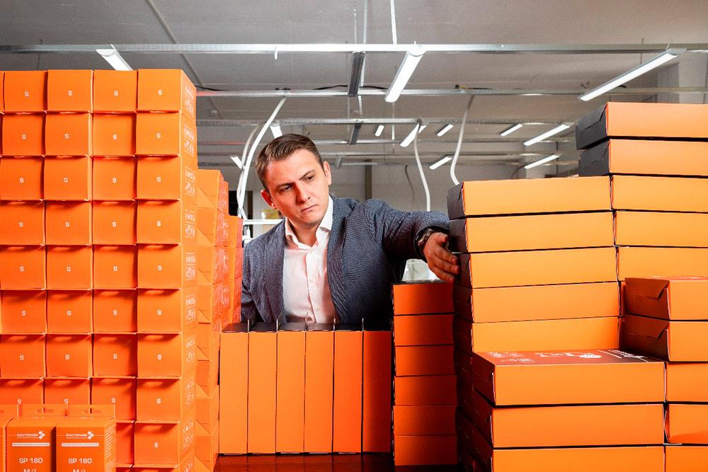 Игорь с упакованной продукцией на фабрике в Подольске