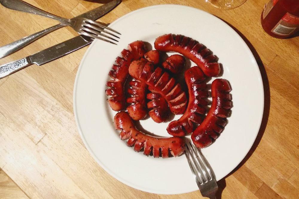 Фирменное блюдо нашей семьи — жареные сосиски. Надрезаются, чтобы не лопнули прижарке. Жарятся со специями, обычно берем сумах, разные перцы и тимьян