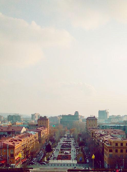 Вид на Ереван и сквер Таманяна с террасы «Каскада». Всего в «Каскаде» больше 550ступеней — отличное кардио после вкусной армянской кухни