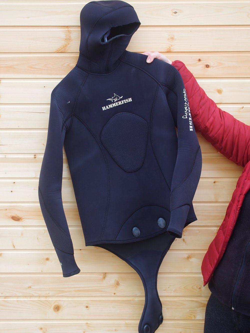 Гидрокостюм состоит из куртки и штанов. Штаны бывают простые, а бывают полукомбинезоном — так теплее. Если протрутся штаны, можно купить только их, а не весь костюм