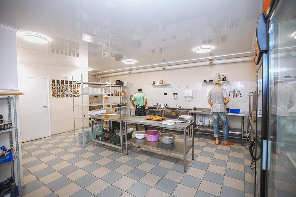 Кухня «Все готово». Выглядит пустынно, но в кадр просто не попали шкафы с посудой и кухонной техникой