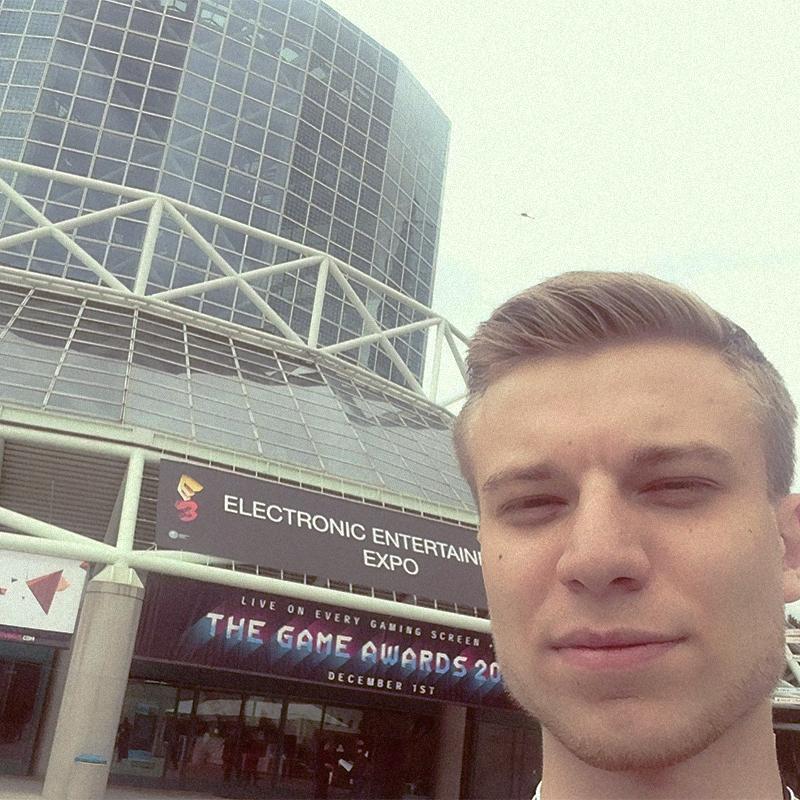 Конференц-центр Лос-Анджелеса, где каждое лето проходит игровая выставка Е3 — самое важное событие в мире игр. На фоне фотографируются все и всегда, иначе будто и не был