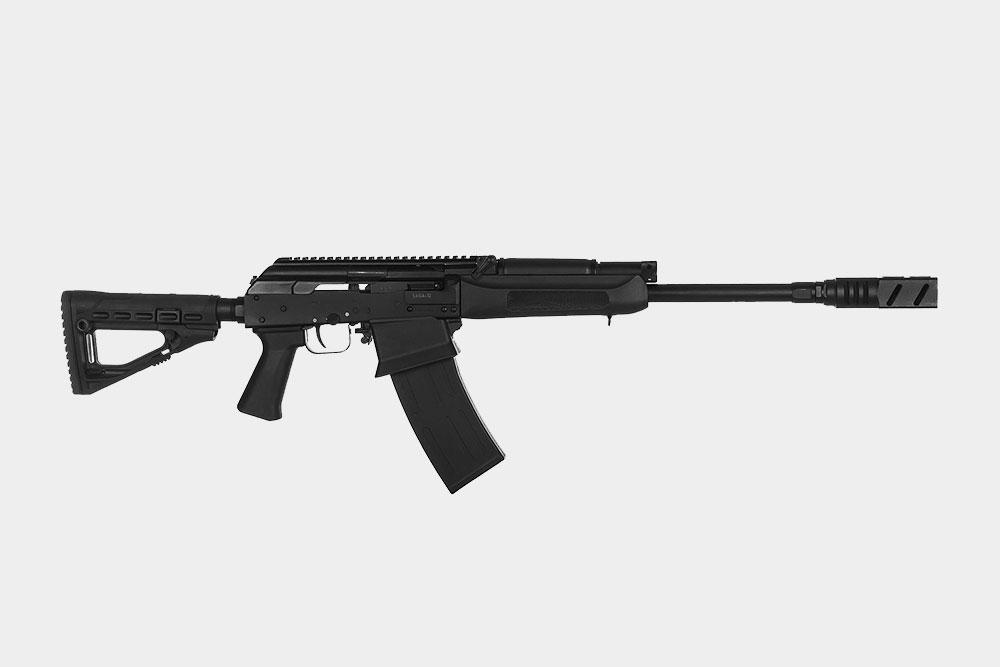 Это гладкоствольный охотничий карабин «Сайга». Внешне он похож на автомат Калашникова, но сильно от него отличается: не может стрелять очередями, использует патроны для гладкоствольного оружия. Стоит 75 000{amp}lt;span class=ruble