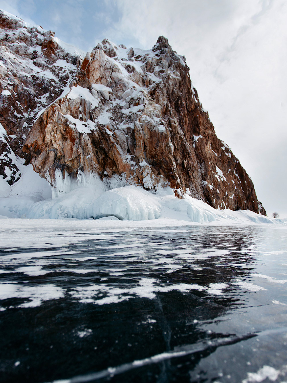 Водители добираются по льду до мест подледной рыбалки и острова Голого. Зимой там смотрят ледяные пещеры и гроты. Фото: Алина Борисова