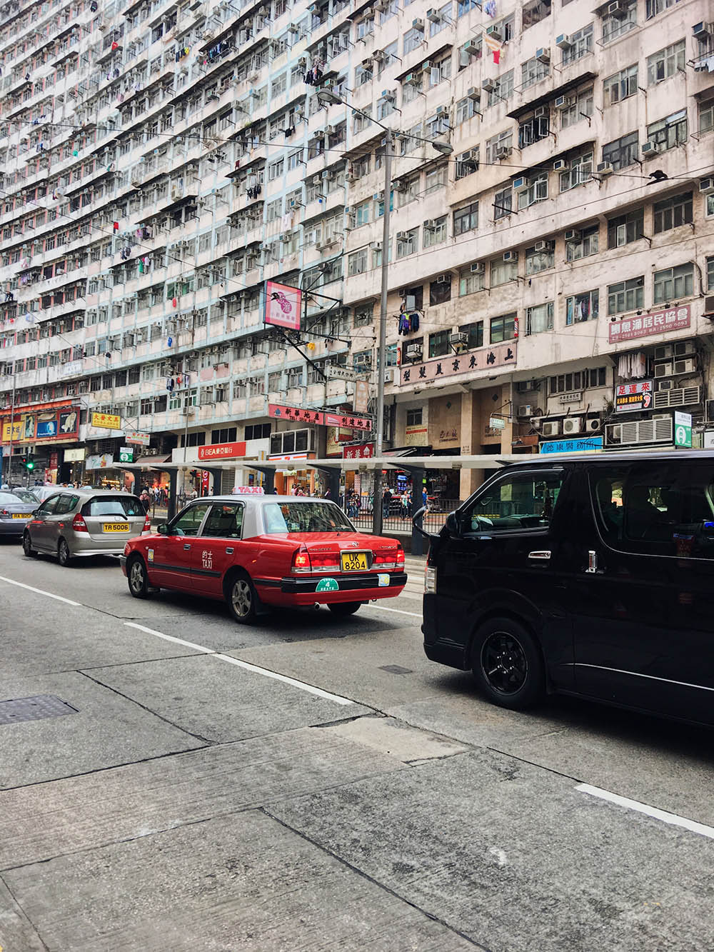 Типичный Гонконг: высокие здания и красные такси. Еще тут много зелени и несколько уровней пешеходных дорог