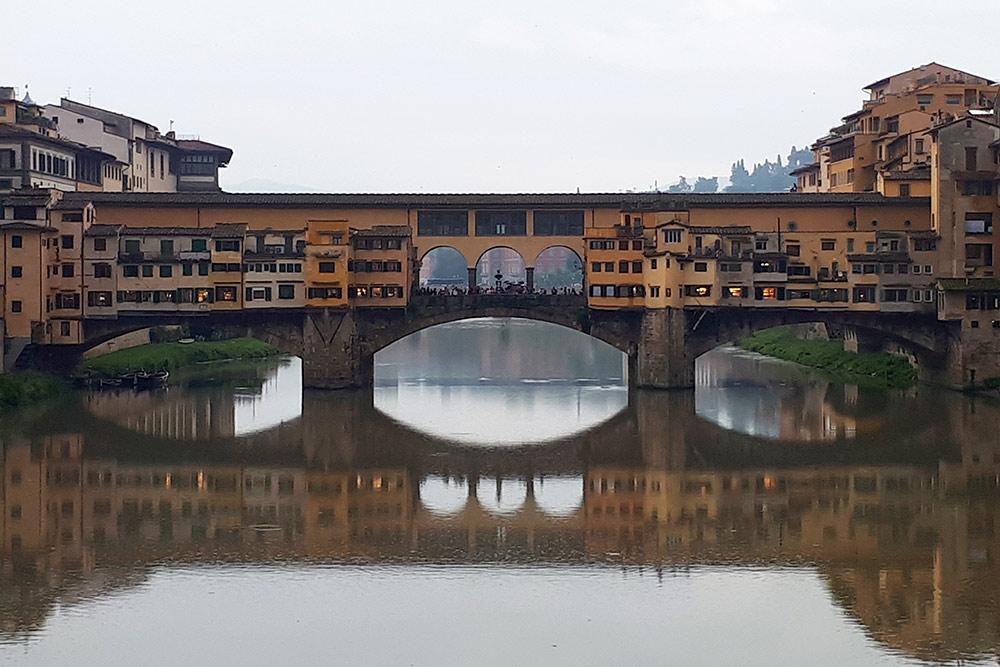 Мост Понте-Веккьо во Флоренции — памятник 14 века. На нем много туристов и магазинов с ювелирными изделиями. Стоит остерегаться карманников