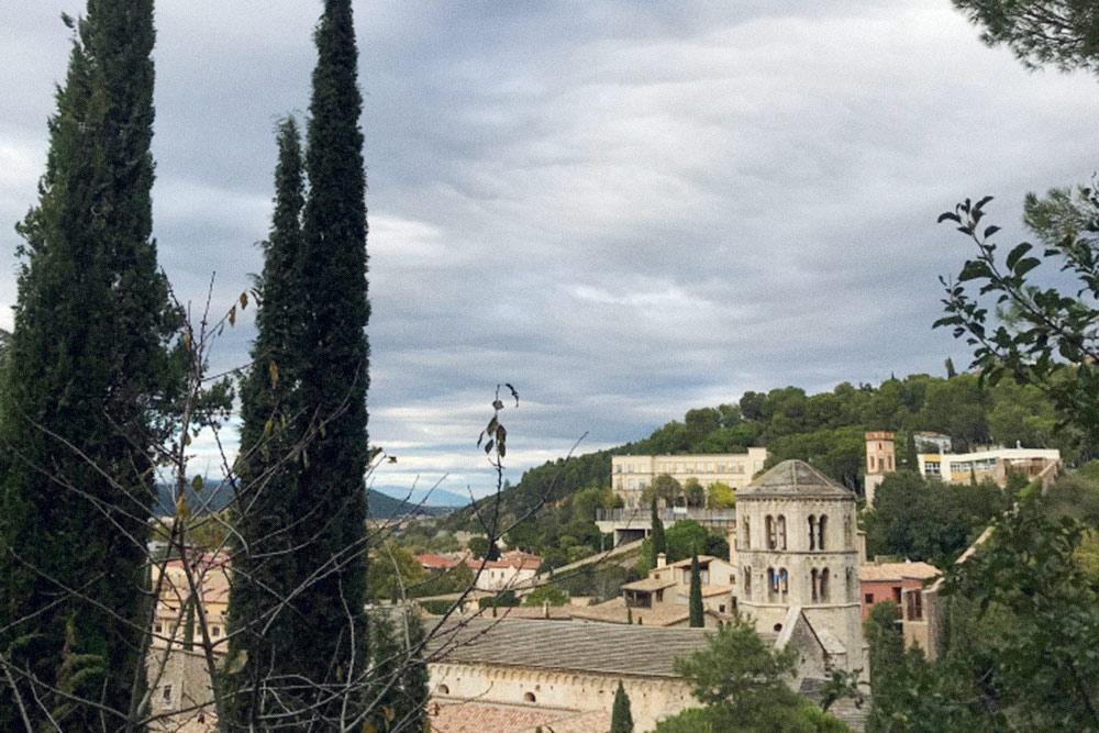 Кипарисы и средневековый монастырь в Жироне