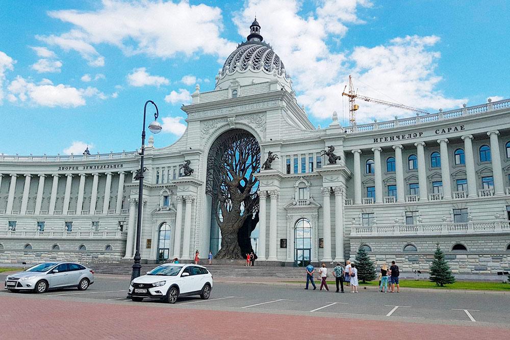 Знаменитый Дворец земледельцев, в центре которого — скульптура дерева. Это Министерство сельского хозяйства