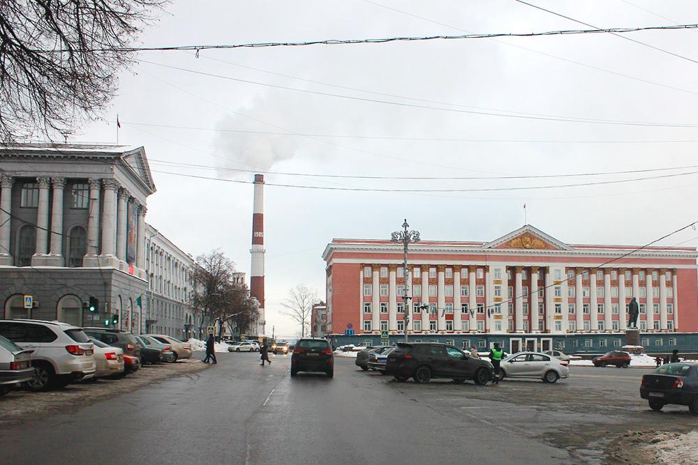 В Курске есть своя «Красная площадь»: перед зданием Дома советов стоит Ленин и указывает рукой на ресторан
