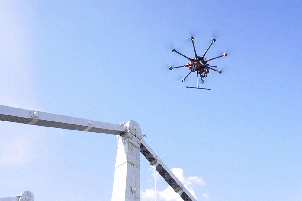 А вот это дрон в небе на высоте в несколько десятков метров