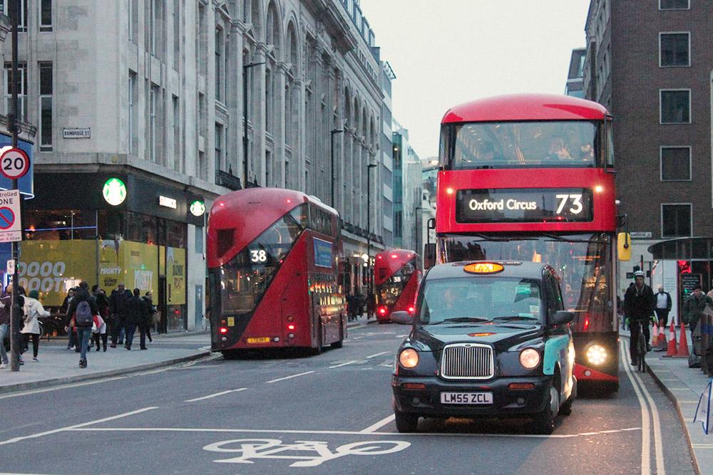 Красные двухэтажные автобусы давно стали символом города, как и черные кебы — так называют лондонские такси